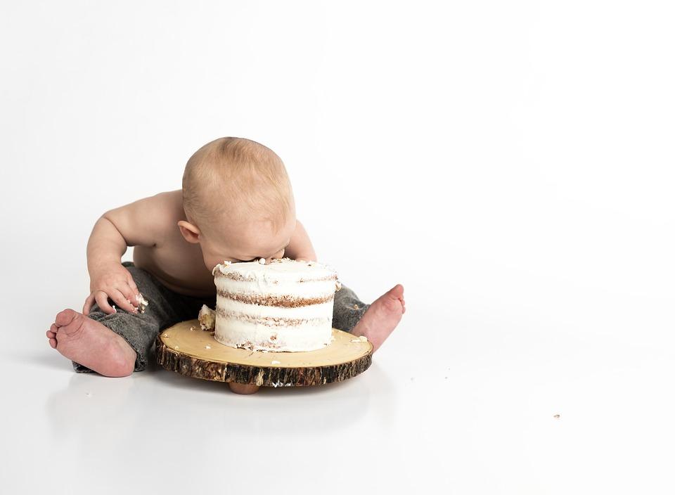 bebe commence a manger